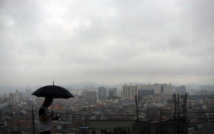 화요일인 11일은 전국이 흐리고 중부지방을 중심으로 이어지던 장맛비가 오후부터 소강상태를 보이겠다. [이미지출처=연합뉴스]