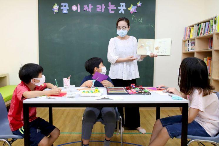 성동복지관 아이꿈누리터에서 진행하고 있는 책놀이 방학 특화프로그램 수업 모습