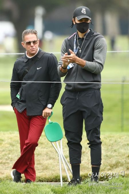 스테픈 커리(오른쪽)와 교습가 숀 폴리가 PGA챔피언십 최종일 7번홀에서 선수들의 플레이를 보고 있다. 샌프란시스코(美 캘리포니아주)=Getty images/멀티비츠