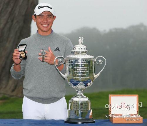 콜린 모리카와가 올 시즌 첫 메이저 PGA챔피언십 우승 직후 트로피를 앞에 놓고 기념 촬영을 하고 있다. 샌프란시스코(美 캘리포니아주)=Getty images/멀티비츠