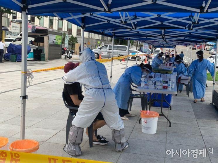 10일 오후 서울 중구 숭례문 앞 마련된 임시 선별진료소에서 시민들이 검사를 받고 있다./사진=김슬기 인턴기자 sabiduriakim@asiae.co.kr