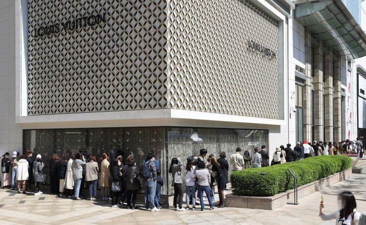 지난해 5월13일 오전, 샤넬의 가격 인상 소식에 서울 중구 롯데백화점 본점 명품관 앞에 샤넬백을 구매하려는 시민들이 줄을 서 있다. [이미지출처=연합뉴스]