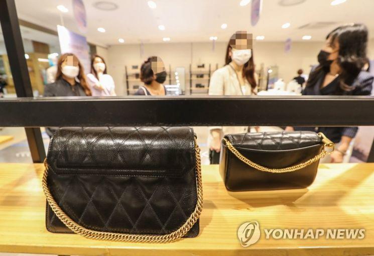 지난 6월26일 대전시 서구 롯데백화점 면세명품 판매처에서 고객들이 해외유명 브랜드 명품백을 살펴보고 있다. [이미지출처=연합뉴스]