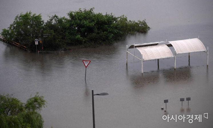 중부지역 장마가 49일째 이어지며 역대 최장기간 기록을 세운 11일 서울 동작대교 인근 한강공원이 물에 잠겨 있다. 기상청에 따르면 중부지역은 지난 6월 24일 장마가 시작돼 이날까지 49일간 비가 이어지고 있다. 이에 따라 올해는 2013년의 49일과 함께 역대 가장 장마가 길었던 해로 기록됐다./김현민 기자 kimhyun81@