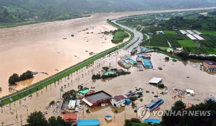 지난 8일 오후 경남 하동군 하동읍 두곡리 두곡마을 일대가 전날부터 내린 폭우로 물에 잠겨 있다./사진=연합뉴스