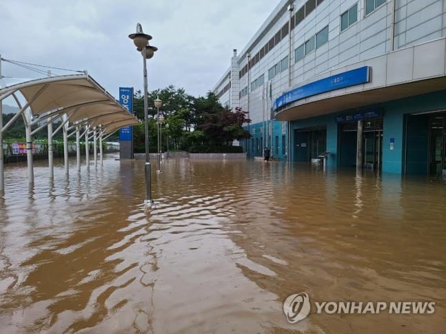 10일 오후 경기 양주시에 집중 호우로 양주역과 인근 도로가 물에 잠겼다./사진=연합뉴스