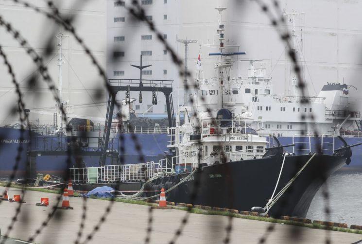 코로나19 확진자가 발생한 영진607호가 지난 6일 오후 부산 감천항 3부두에 정박해 있다. [연합뉴스]