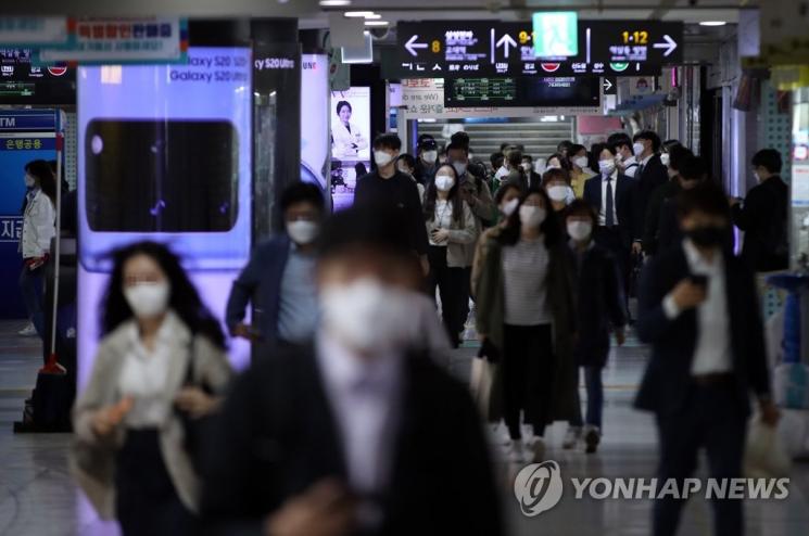 지하철 개찰구를 이용해 빠져나오고 있는 직장인들 [이미지출처=연합뉴스]