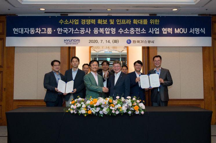 한국가스공사와 현대자동차의 융복합형 수소충전소 추진 업무협약 서명식 모습. 앞줄 왼쪽에서 네 번째가 채희봉 공사 사장, 세 번째는 지영조 현대차 사장.(사진제공=한국가스공사)