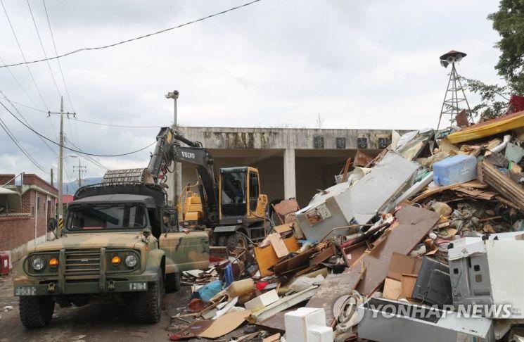 빗줄기가 잦아든 11일 오전 수해를 입은 전북 남원시 금지면 용전마을 한 공터에 수해민들의 집기가 쌓여 있다. / 사진=연합뉴스