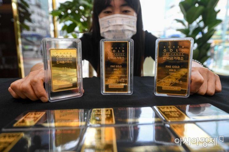 국제 금 가격이 급락한 가운데 12일 서울 종로구 한국금거래소에 금 관련 상품이 진열돼 있다./강진형 기자aymsdream@