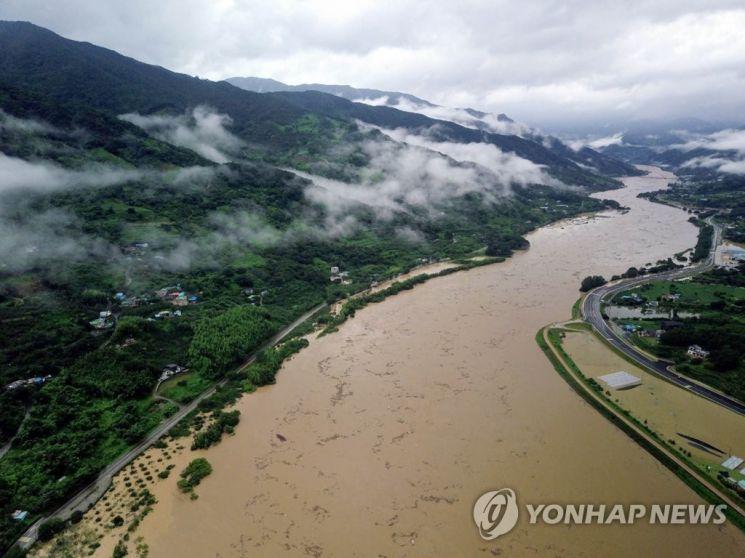 8일 전남 광양군 다압면 인근의 섬진강 물이 불어나 범람 위기에 놓여 있다./사진=연합뉴스