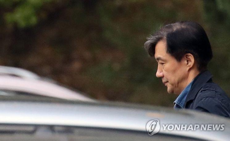 지난해 10월28일 조국 전 법무부 장관이 서울 서초구 방배동 자택에서 외출하고 있다. / 사진=연합뉴스
