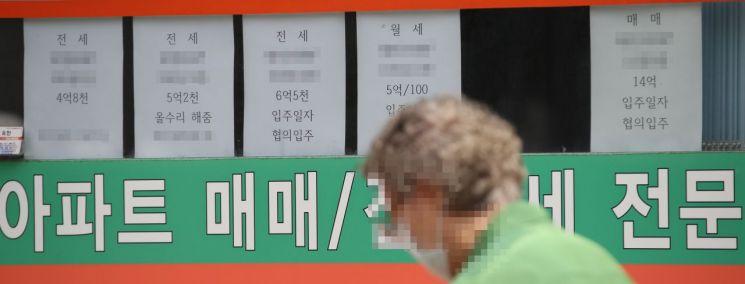 서울 아파트의 평균 가격이 10억원을 돌파했다는 민간 조사업체의 분석이 나왔다. 사진은 12일 오후 서울 마포구의 한 부동산 앞/사진=연합뉴스