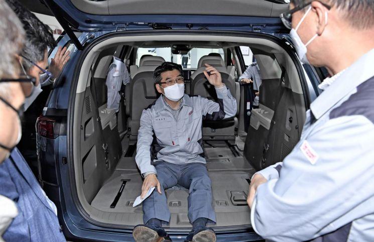 송호성 기아차 사장이 13일 소하리 공장을 방문해 신형 카니발을 직접 타보고 내부를 점검하고 있다./사진=기아차