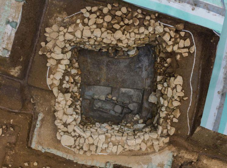 부여 가림성에 발견한 조선시대 집수정
