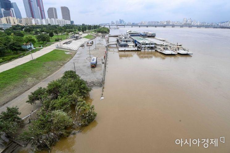 역대 최장 기간의 장마가 끝나가고 있는 13일 서울 여의도 한강공원에 물이 빠지며 산책로가 드러나고 있다./강진형 기자aymsdream@