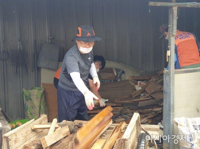 주호영 미래통합당 원내대표(왼쪽)가 13일 전북 남원 수해현장을 찾아 복구작업을 돕고 있다.