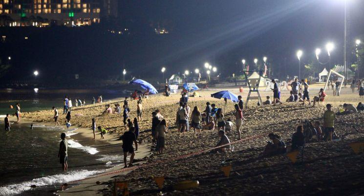 동해안 지역에 폭염 특보가 이어진 지난 13일 속초해수욕장을 찾은 시민과 관광객들이 백사장에서 시간을 보내고 있다. [이미지출처=연합뉴스]