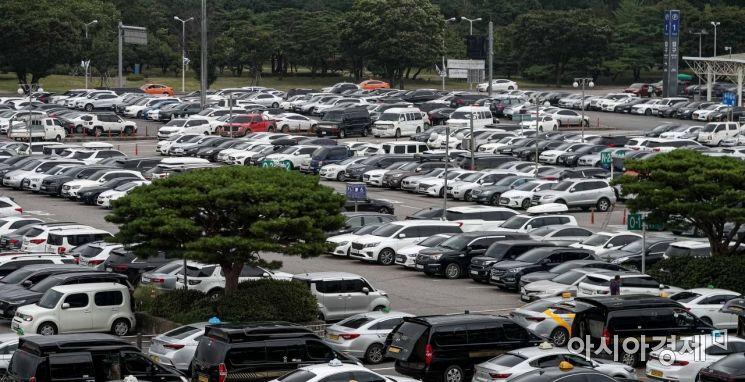 14일 서울 김포공항 국내선 주차장이 황금연휴를 이용해 여행을 떠난 이용객들의 차량으로 가득차있다./강진형 기자aymsdream@