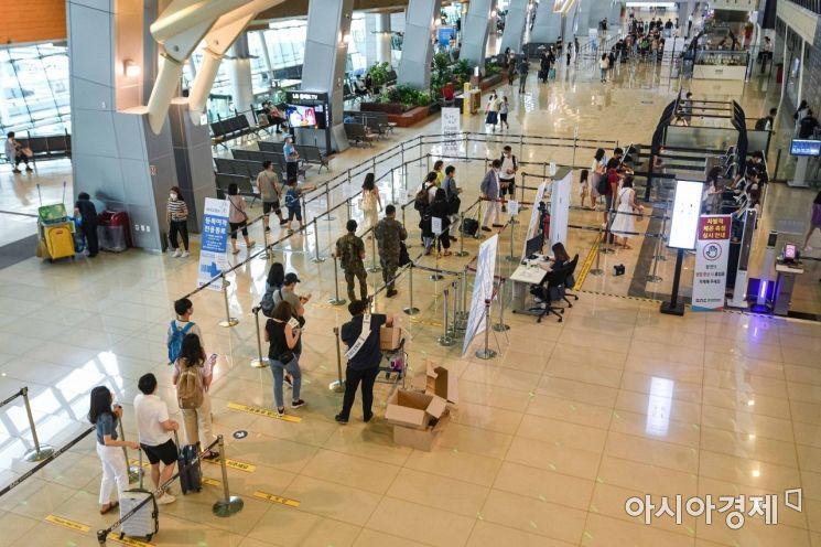 14일 서울 김포공항 국내선이 황금연휴를 이용해 여행을 떠나는 이용객들로 붐비고 있다./강진형 기자aymsdream@