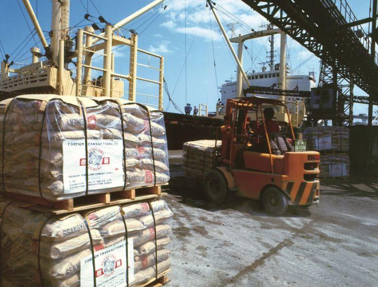 1990년대 초반 시멘트 수출 하역 모습. [사진=한국 시멘트협회]