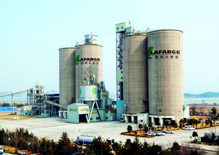 프랑스의 글로벌 기업 라파즈에 인수된 이후의 라파즈한라시멘트 광양 슬래그 공장 전경. [사진=한국 시멘트협회]