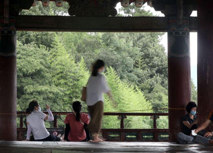 경남 밀양에서 폭염경보가 발효된 지난 14일 오후 시민들이 휴식을 취하고 있다. [이미지출처=연합뉴스]