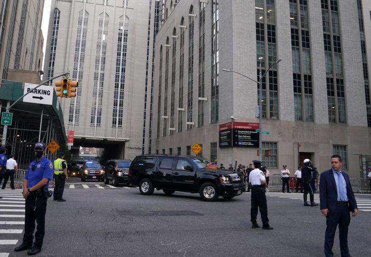 트럼프 대통령의 차량 행렬이 맨해튼 소재 뉴욕 프레스비테리안 병원에 들어서고 있다. [이미지출처=로이터연합뉴스]