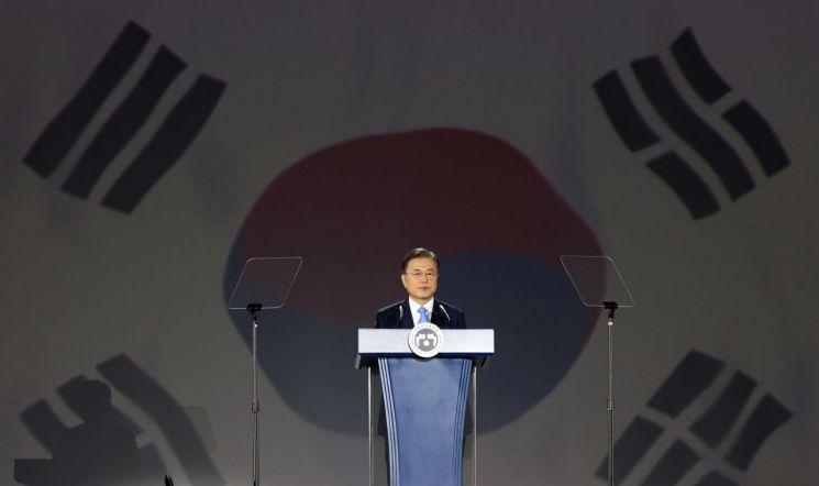 문재인 대통령이 15일 오전 서울 동대문디자인플라자에서 열린 제75주년 광복절 경축식에서 경축사를 하고 있다. 2020.8.15 [이미지출처=연합뉴스]