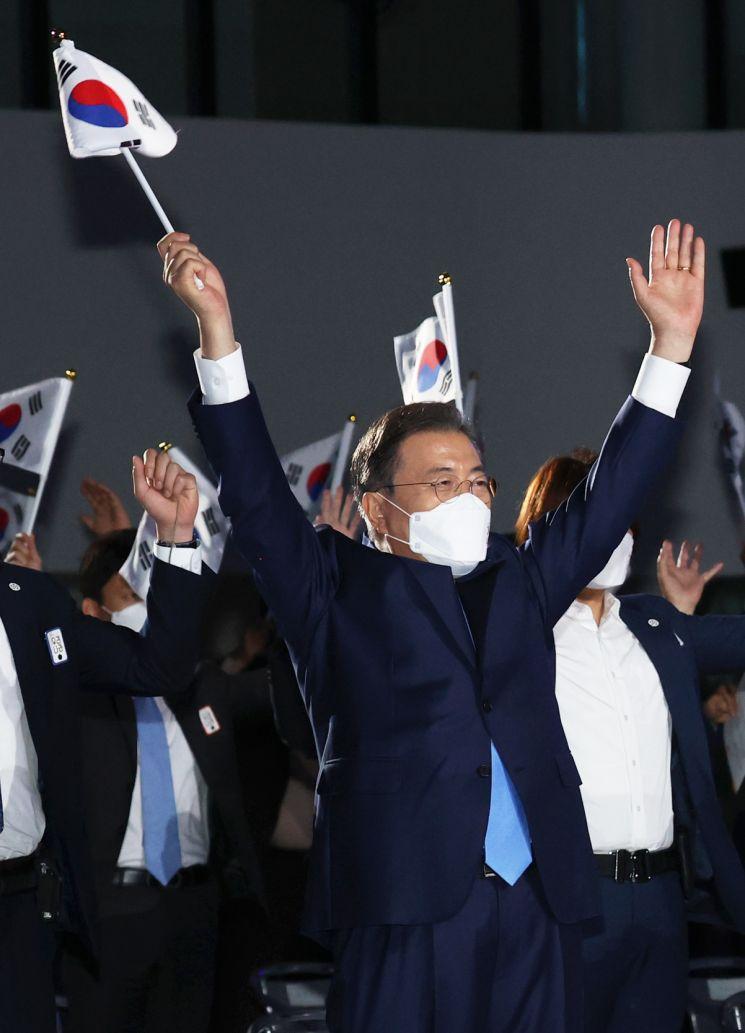 문재인 대통령이 15일 오전 서울 동대문디자인플라자에서 열린 제75주년 광복절 경축식에서 참석자들과 함께 만세삼창을 하고 있다. 2020.8.15 [이미지출처=연합뉴스]