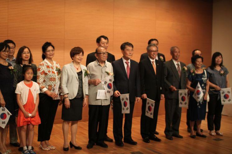 15일 제75주년 광복절 경축식이 주중 한국대사관 직원 및 교민대표 40여명이 참석한 가운데 대사관 대강당에서 개최됐다. 장하성 대사와 독립유공자 후손들이 기념촬영을 하고 있다.