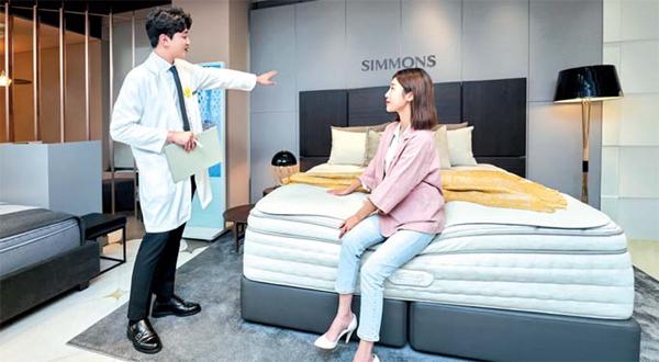 침대 매장에서 직원이 제품을 설명하고 있는 모습. 사진 제공 = 시몬스