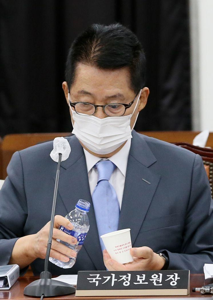 박지원 국정원장이 지난달 20일 오후 서울 여의도 국회에서 열린 정보위원회 전체회의에 출석, 회의준비를 하고 있다. <이하 사진=연합뉴스>