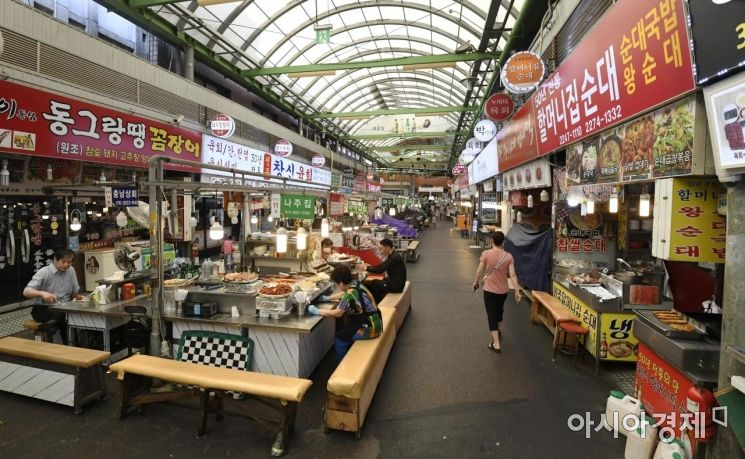 사회적 거리두기 2단계가 전국적으로 확대 시행된 23일 서울의 대표적인 재래시장인 광장시장이 썰렁한 모습을 보여주고 있다./윤동주 기자 doso7@