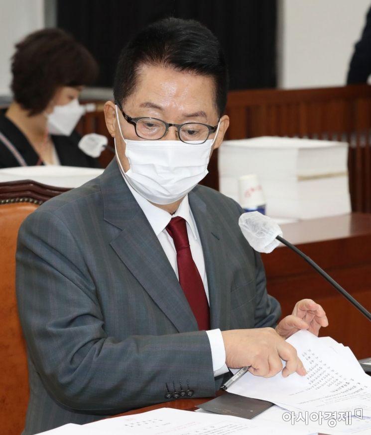 박지원 국가정보원장이 25일 국회에서 열린 정보위원회 전체회의에 출석, 자료를 살펴보고 있다./윤동주 기자 doso7@