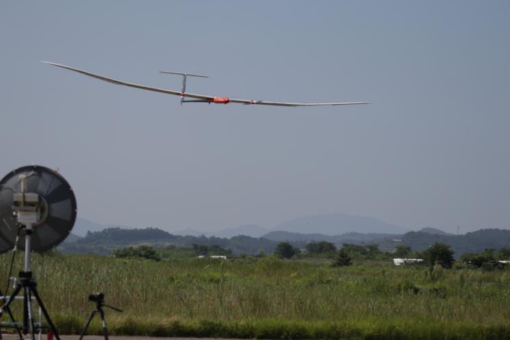 53시간 비행 후 착륙하는 EAV-3