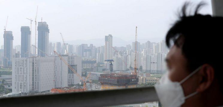 세종시 어진동 밀마루 전망대에서 시민이 아파트가 밀집한 세종시 전경을 바라보고 있다. [이미지출처=연합뉴스]