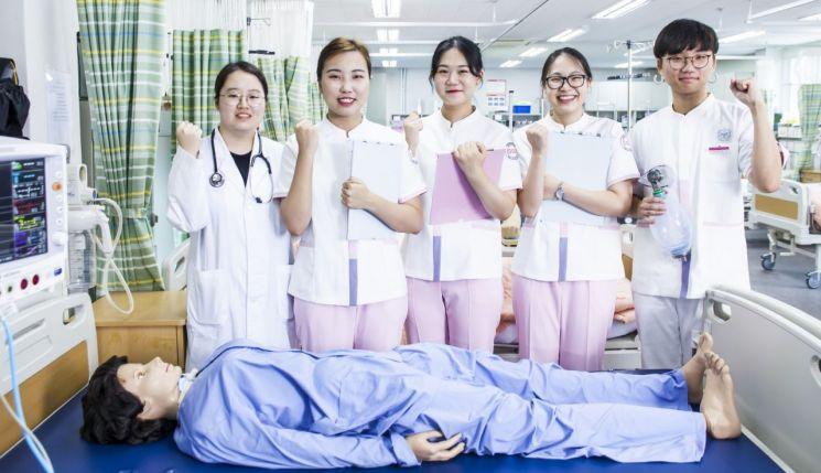 동서대 보건의료계열 간호학과 학생들의 실습 현장.