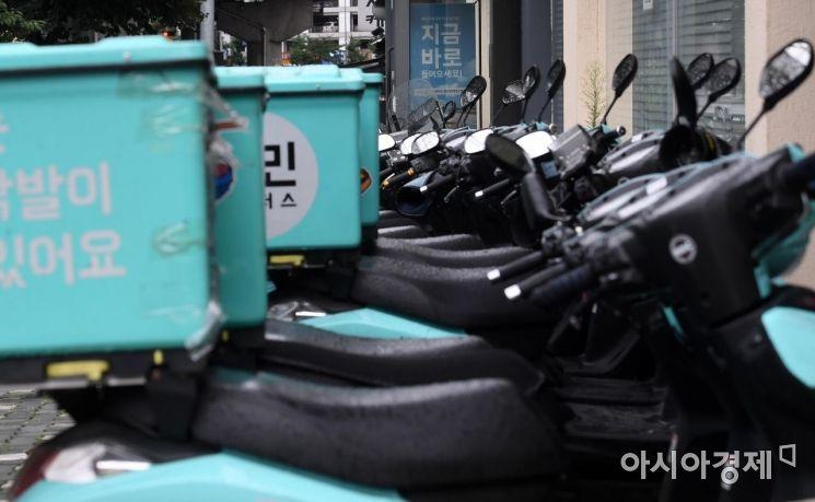 2일 서울 시내의 한 배달대행 업체 지역 센터에 배달원 지원 모집 안내문이 걸려 있다. 신종 코로나바이러스 감염증(코로나19) 재확산으로 배달 주문량이 급증하면서 배달원 수급에 어려움이 이어지고 있다. 배달의민족에 따르면 코로나19 확산이 극심했던 8월 마지막 주인 24∼30일 1주일의 전체 주문 건수는 7월 마지막 주(20일∼26일)보다 26.5% 늘었다./김현민 기자 kimhyun81@
