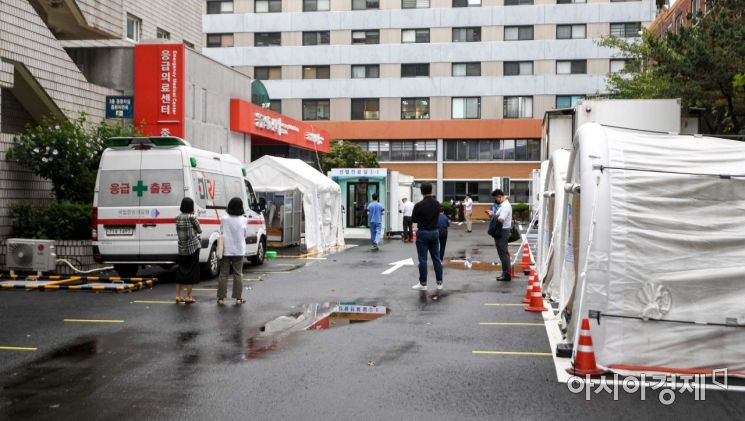 신종 코로나바이러스 감염증 재확산으로 인한 사회적 거리두기가 이어지고 있는 3일 서울 중구 국립중앙의료원에 마련된 선별진료소를 찾은 시민들이 검사를 받기 위해 대기하고 있다./강진형 기자aymsdream@