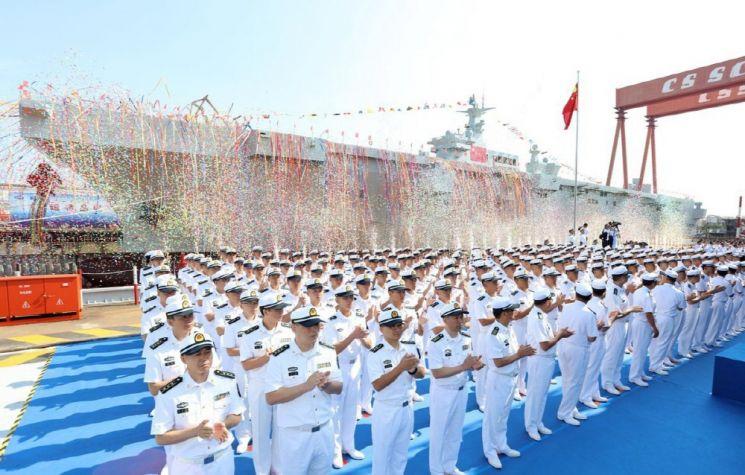지난해 9월 25일 진수식이 거행된 중국해군 최초의 강습상륙함 075형 양서공격함 1번함 사진=중국 국방부