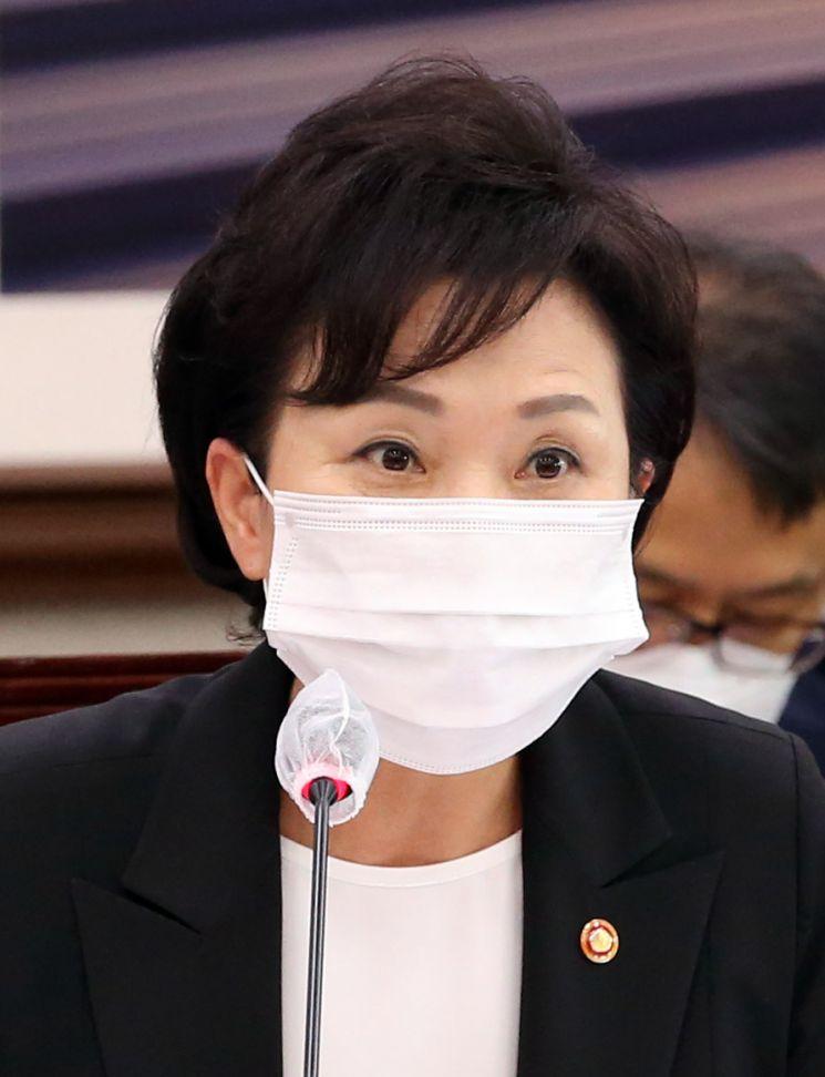 김현미 국토교통부 장관이 지난달 31일 오전 국회 국토교통위원회 전체회의에서 의원들의 질의에 답하고 있다. (사진=연합뉴스)