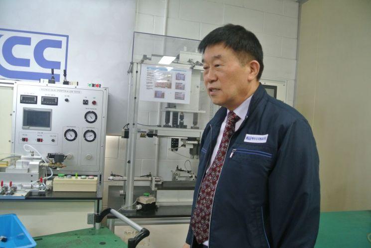 박덕규 KCC정공 대표가 유공압 기기 생산 과정에 대해 설명하고 있다.