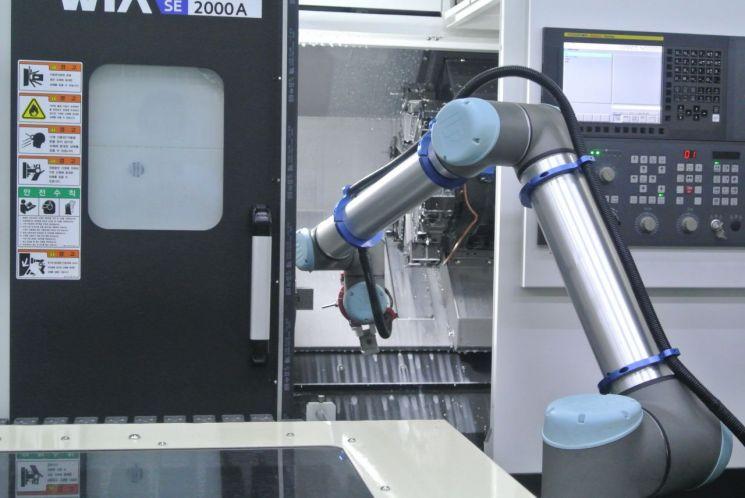 KCC정공 군포 공장에서 로봇에 의한 제품 생산 및 테스트가 이뤄지고 있다.
