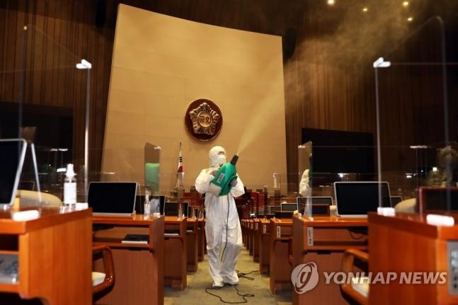 3일 서울 여의도 국회 본회의장에서 코로나 19 예방을 위한 방역작업이 진행되고 있다. [이미지출처=연합뉴스]