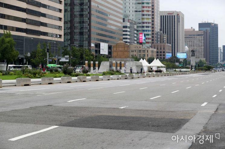 정부가 수도권의 강화된 사회적 거리두기 '2.5단계'를 오는 13일까지 연장하기로 한 가운데 주말인 지난 6일 서울 세종대로가 한산하다. /문호남 기자 munonam@