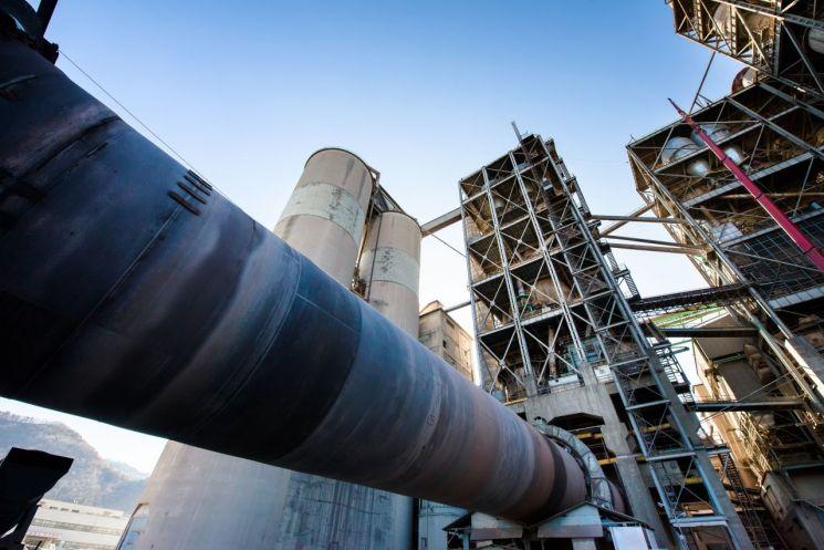 시멘트 공장의 거대한 킬른의 모습. 내부온도가 1450도에 달한다. 예열시스템(NSP: New Suspension Preheater)을 통해 시멘트 제조원가의 약 30%를 차지하는 연료비를 절감한다. 연료는 폐타이어 등 폐자원을 재활용 한다. [사진=한국시멘트협회]