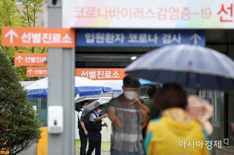 7일 서울 종로구 서울대병원 선별진료소에서 시민들이 코로나19 검사를 받기 위해 대기하고 있다. /문호남 기자 munonam@