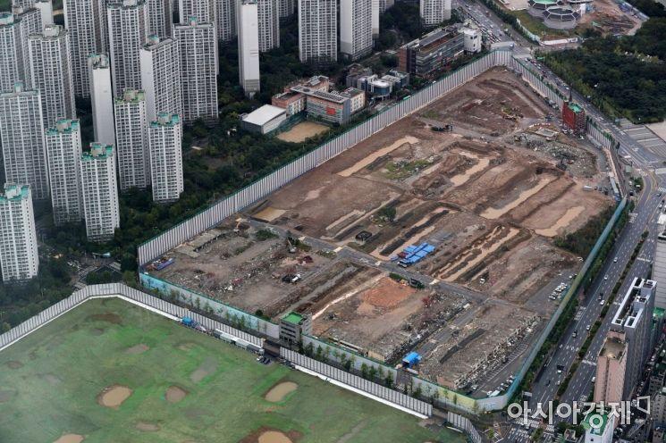 서울의 한 재건축 단지에서 공사가 이뤄지고 있다. /문호남 기자 munonam@